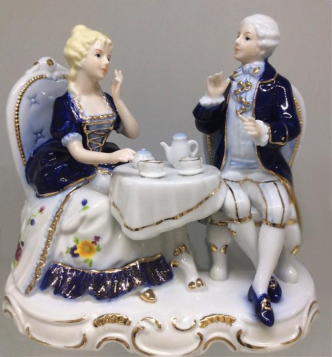 Фарфоровая музыкальная статуэтка «Пара. Чаепитие»