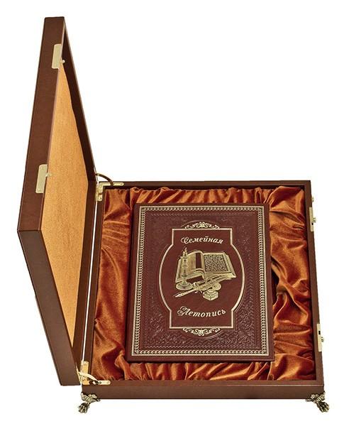 Книга «Семейная летопись» в деревянном ларце