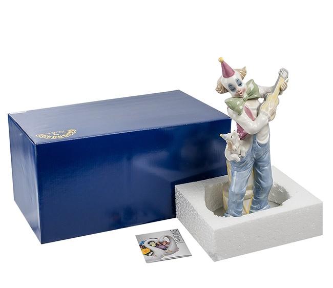 Фарфоровая статуэтка «Клоун музыкант»