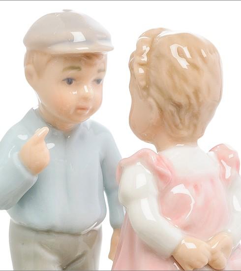 Фарфоровая статуэтка «Мальчик и девочка»