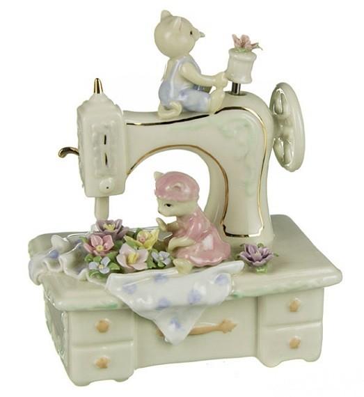 Фарфоровая статуэтка «Кошки на швейной машинке»
