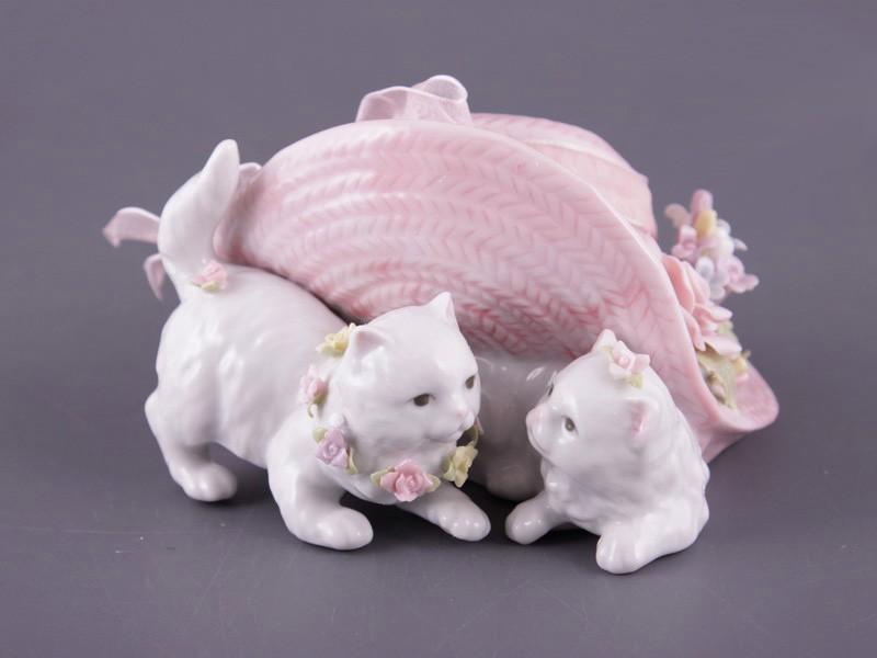 Фарфоровая статуэтка «Кошки под шляпкой»