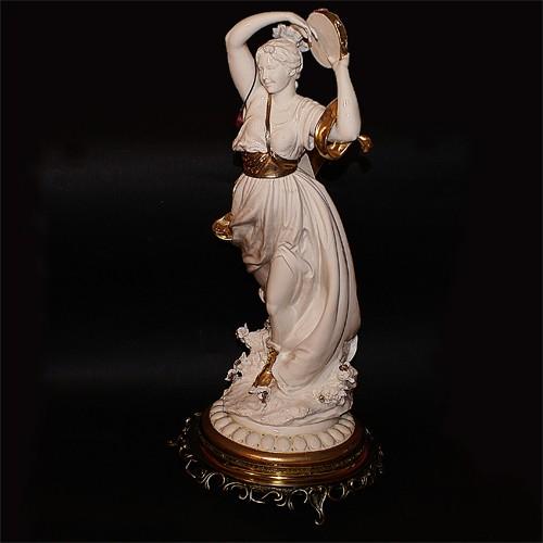 Фарфоровая статуэтка «Дева с бубном»