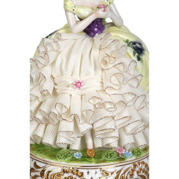 Фарфоровая статуэтка «Дама с цветком»