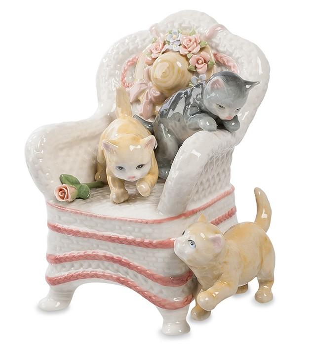 Фарфоровая статуэтка «Кошки на кресле»