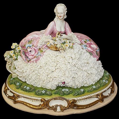 Фарфоровая статуэтка «Дама с корзиной»
