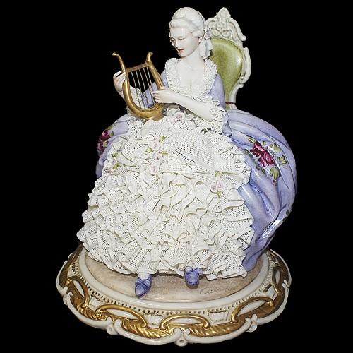 Фарфоровая статуэтка «Дама с лирой»