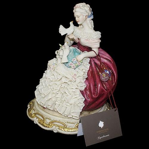 Фарфоровая статуэтка  «Дама с голубями»