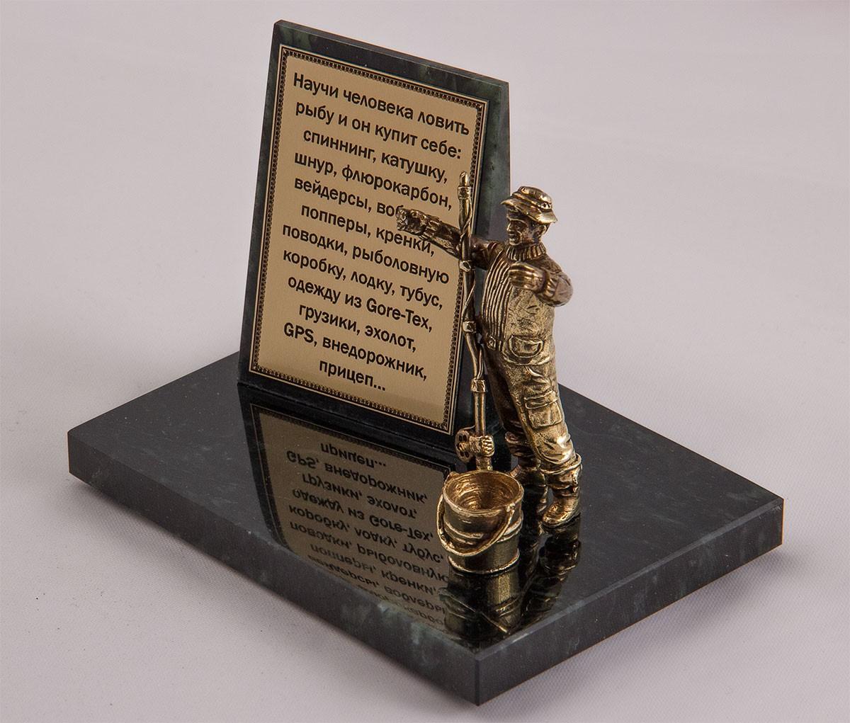 Фигурка на камне «Рыбак с ведром» вариант 2