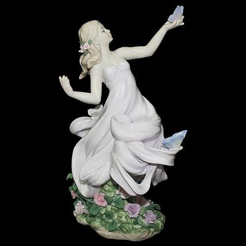 Фарфоровая статуэтка «Триумф среди цветов»