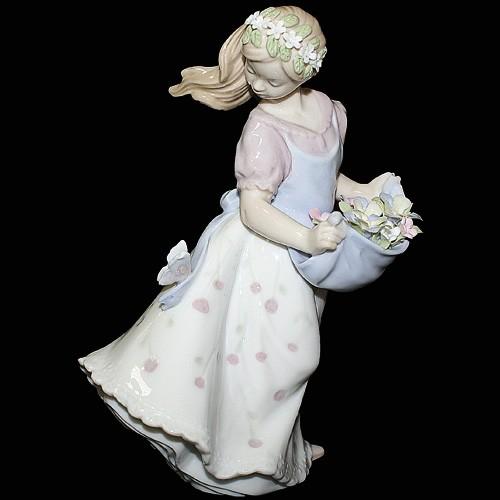 Фарфоровая статуэтка «Девушка с цветами в фартуке»