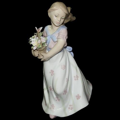 Фарфоровая статуэтка «Девушка с корзиной цветов»