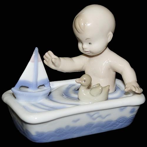 Фарфоровая статуэтка «Малыш в ванной»