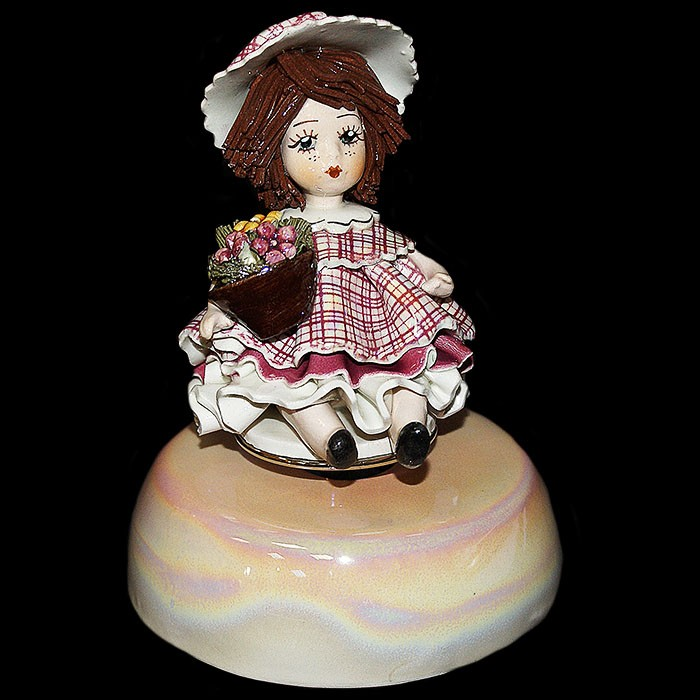 Статуэтка музыкальная «Девочка с цветами»